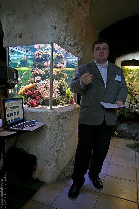 Arkadiusz Siurda w trakcie prelekcji o przygotowaniu akwarium do konkursu fotograficznego