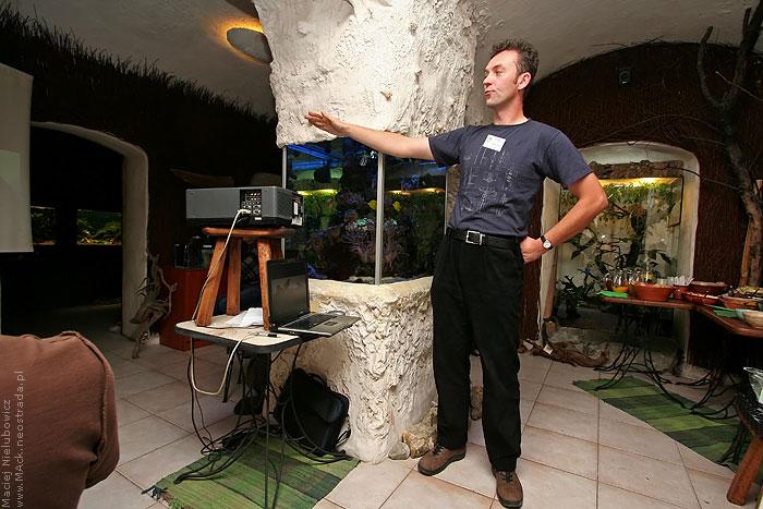 Grzegorz Guzik na planie trójkąta o bokach różnej długości